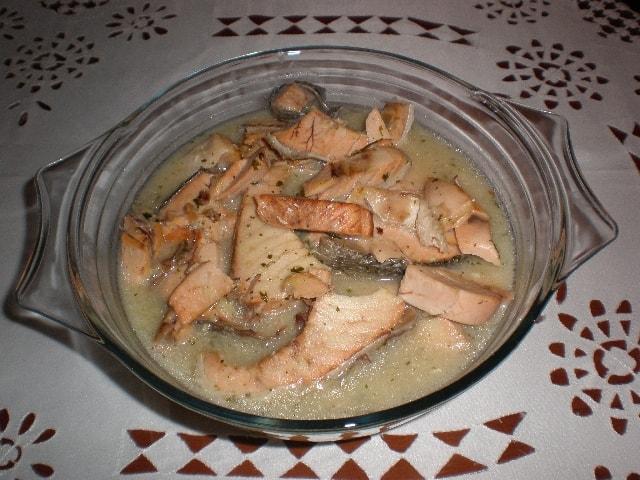 Cazuela de salmón en salsa verde