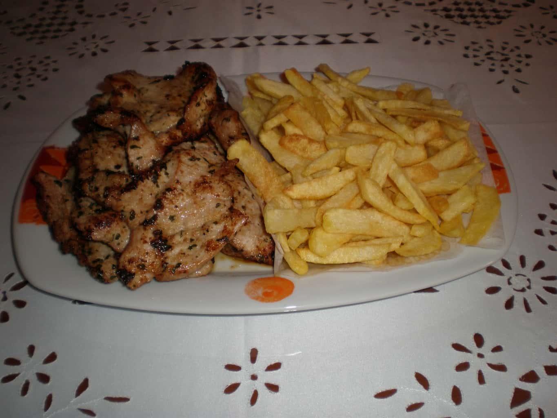 c1a11e28afb03c9d81c096faa0a5ce8e - Filetes de cerdo en adobo de miel de caña, acompañado de papas fritas