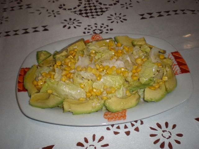 Ensalada de aguacate lechuga y maíz