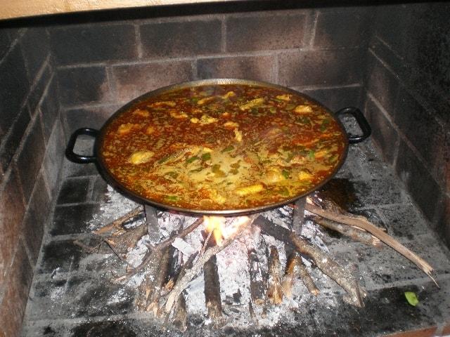 Paella de pollo al fuego de leña