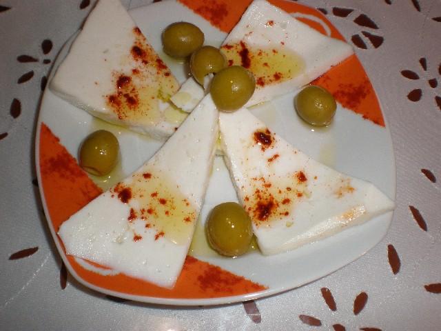 Tapa de queso fresco aromatizado con pimentón dulce y aceite de oliva virgen extra