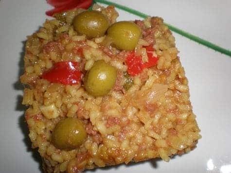 Arroz amarillo con carne enlatada y aceitunas