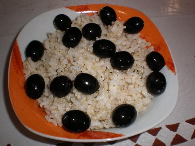 Arroz blanco con aceitunas negras