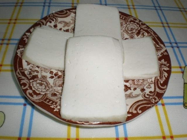 71601b6fd7fc74a9f4eea8e6c1b43d35 - Tabla tres quesos, acompañada de pan integral