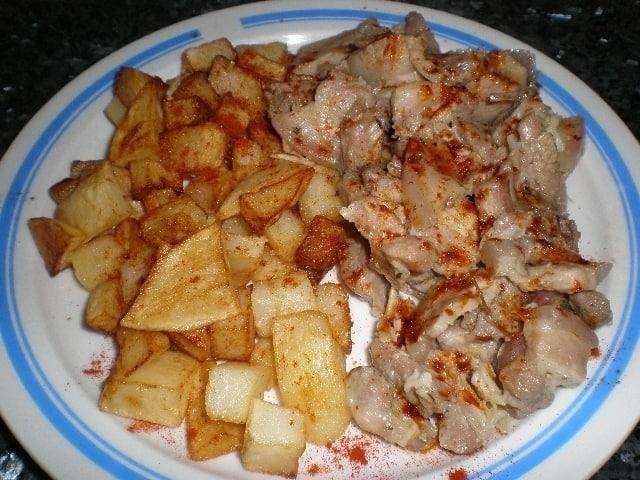 Carne fiesta acompañada de papas fritas con lluvia de pimentón choricero