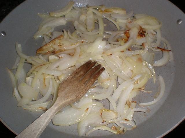 Fre%C3%ADr cebolla - Tres pastas integrales con pollo a la brasa