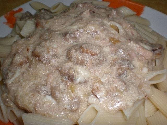 Macarrones en salsa de champiñones y queso