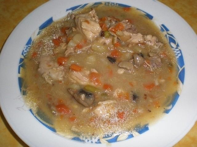 c66733db6fd9c6779ab24f57f69f5201 - Pollo en salsa de champiñones, con verdura de ensaladilla rusa