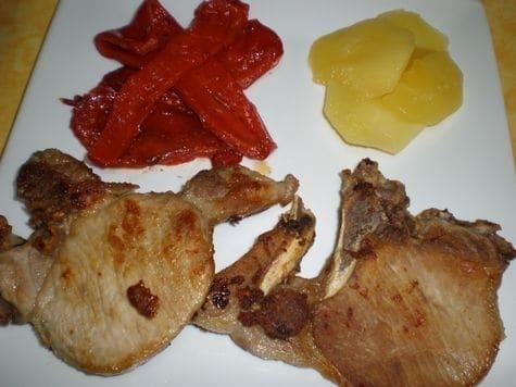 24d767ce6c156eb07b1fc26c266211f5 - Chuletas de cerdo, con manzanas y pimientos rojos asados