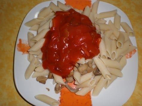72d71c3e1a75301c5a2942cd172af179 - Pasta con champiñones, coronada con salsa de bambú