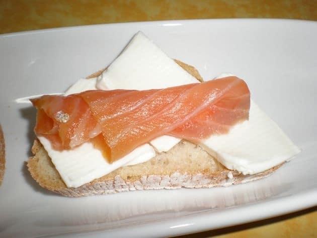 0776cd174c6a8feb115a5ad1770aa06a - Montaditos, de queso cabra y salmón ahumado