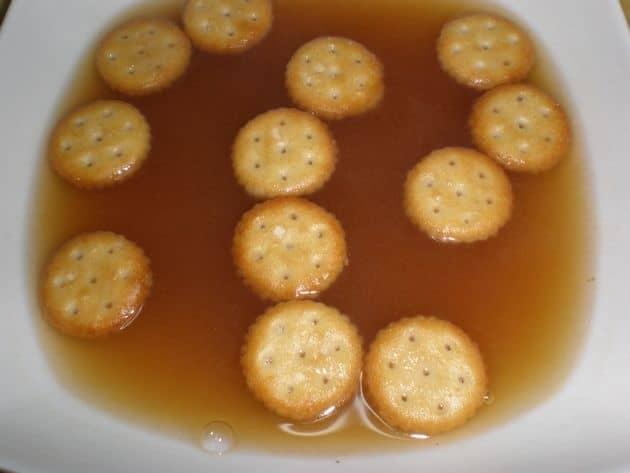 Sopa de cebolla con barquitos de galletitas saladas