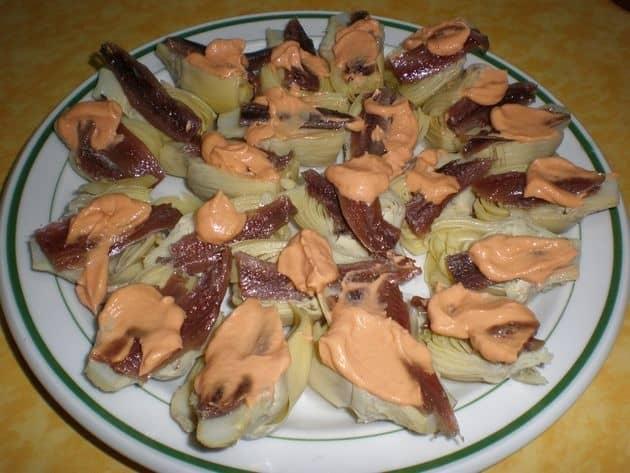 c0463a74730bd2dbab86cbb4dec094a0 - Corazones de alcachofas, con salsa rosa y anchoas