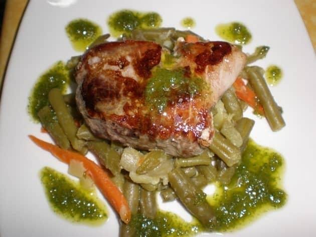 dbf38d4f97abb8ef843a32ffd8c16913 - Solomillos de atún, en cama de verdura y salsa de lechuga rizada