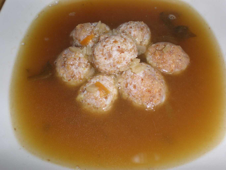 Sopa de mini albóndigas de pollo