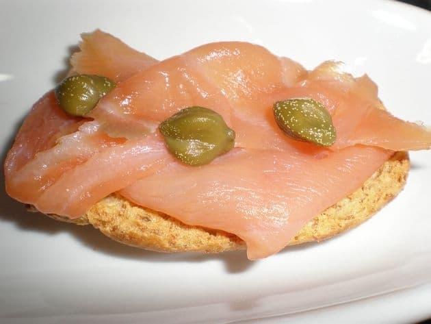 Montaditos de salmón y alcaparras.