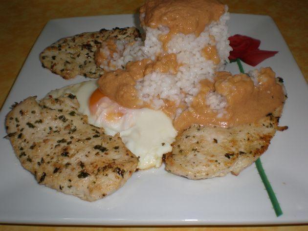 pechugas de pollo con huevos fritos y arroz blanco desalmidonado