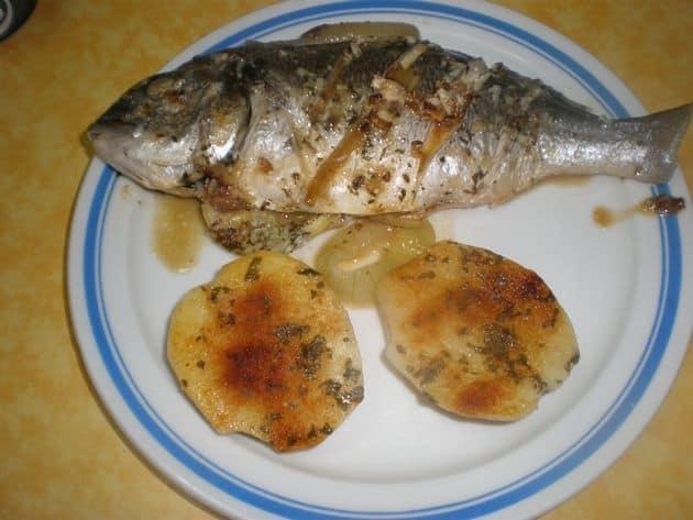 Dorada con cebollas y papas asadas