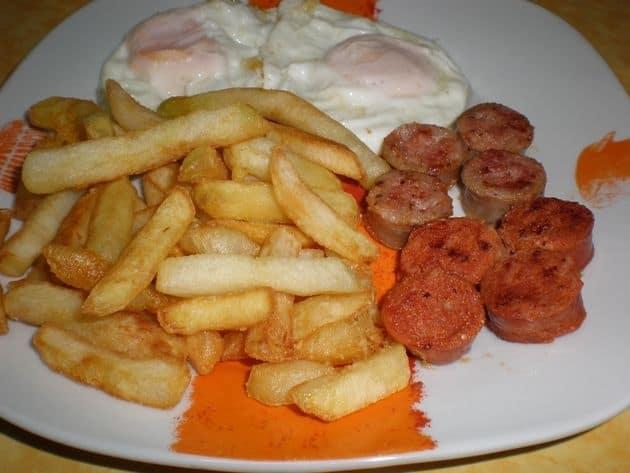 Papas fritas con huevos y longanizas