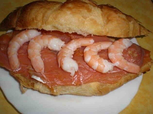 Croissant de salmón y de gambas
