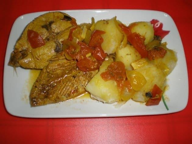 24f13dfd02fd46bd71a7e0abea42e3b3 - Cola, cabeza y ventresca de atún en salsa