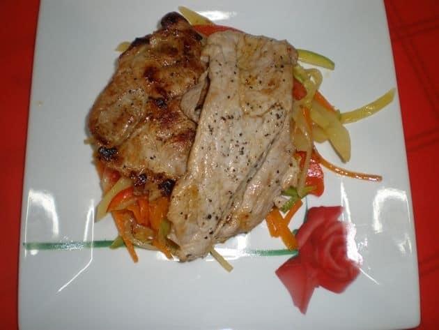 f564c1422f75d8af61b6191b15b3db80 - Filetes de cerdo acostados en verdura al dente, con papas y ajos