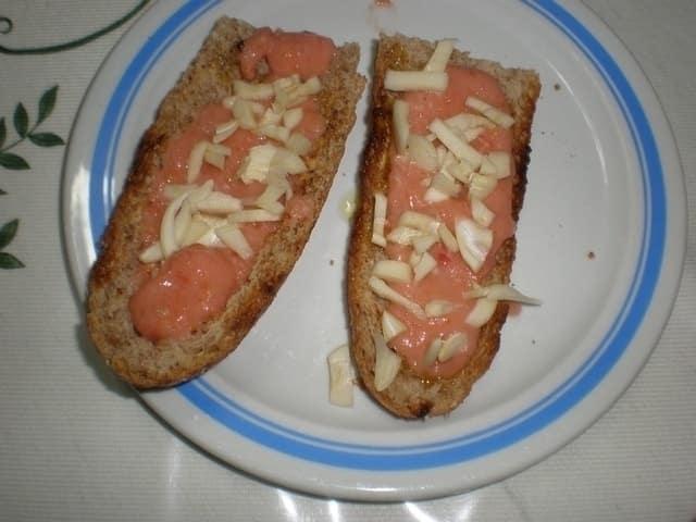 1b6069f7031f5df88e14909413a02435 - ▷ Tostada de tomate y ajo 🥙