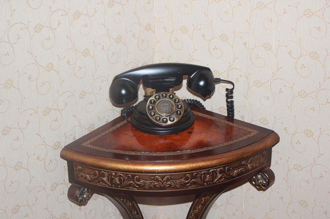 Junto al teléfono