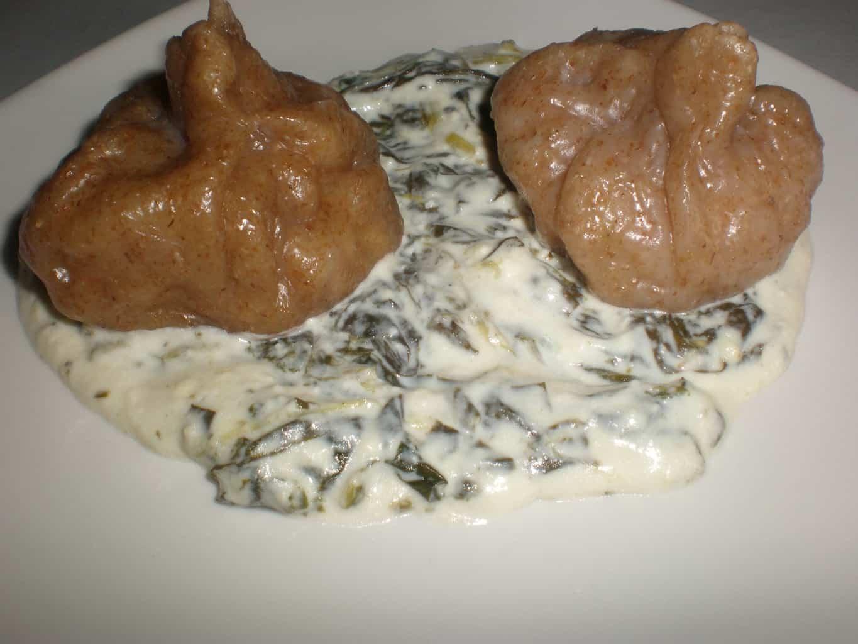 Dumplings de pollo con salsa de queso ahumado