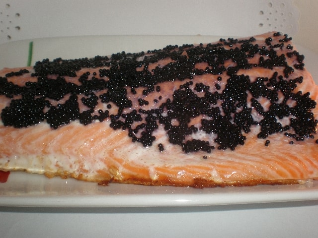 Salmón con sucedáneo de caviar