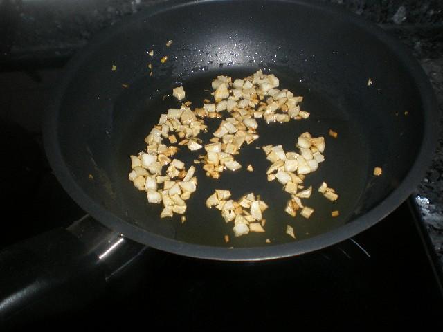 Freír ajos picados