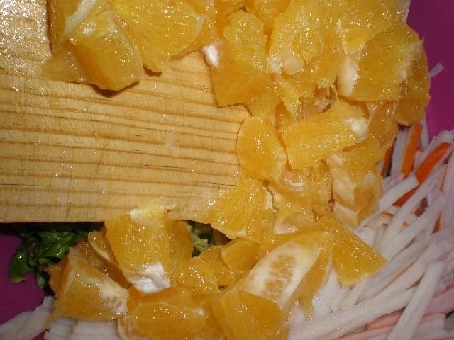 Meter los daditos de naranja