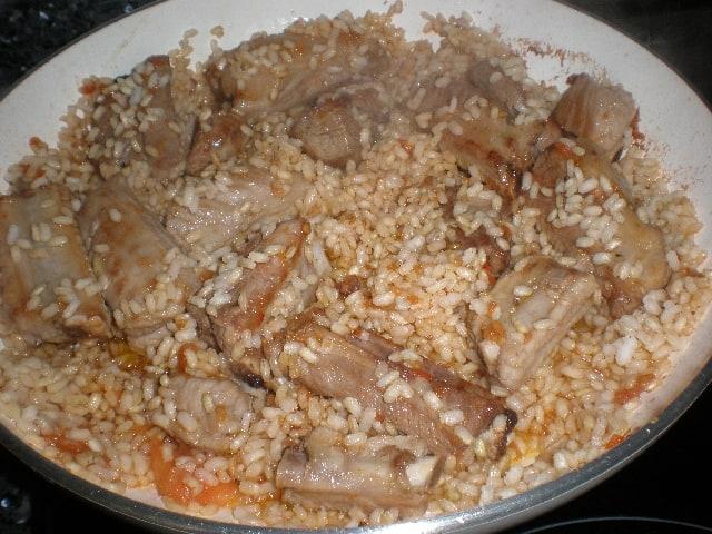 Cocinar arroz integral con costillas y morcilla dulce