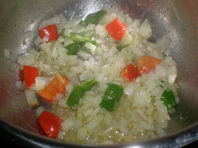 Freír cebolla y pimientos