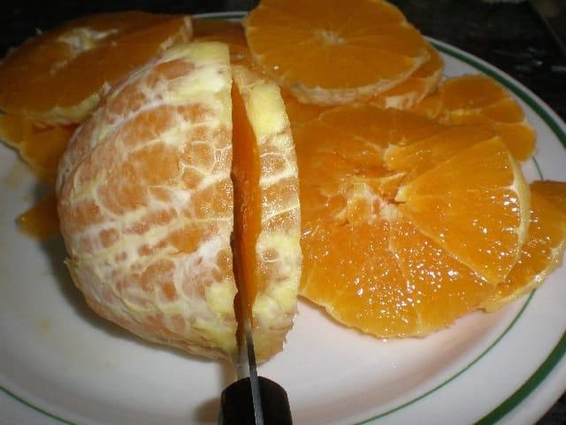 Partir las naranjas en rodajas