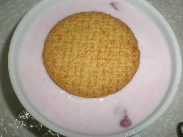 Poner la galleta encima de yogur