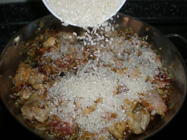 Elaborando arroz con tiras de zanahoria