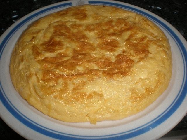 Tortilla francesa con salsa y colines
