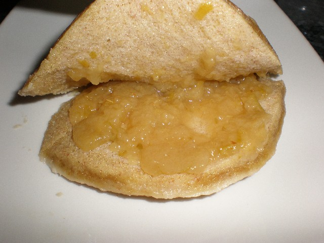 Rellenar la tarta con mermelada de melocotón