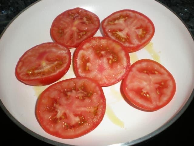 Freír medios tomates