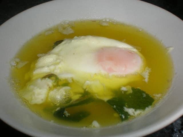 Caldo de pollo con huevos escalfados