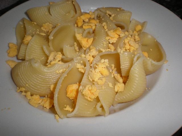 Lumaconis con huevo duro