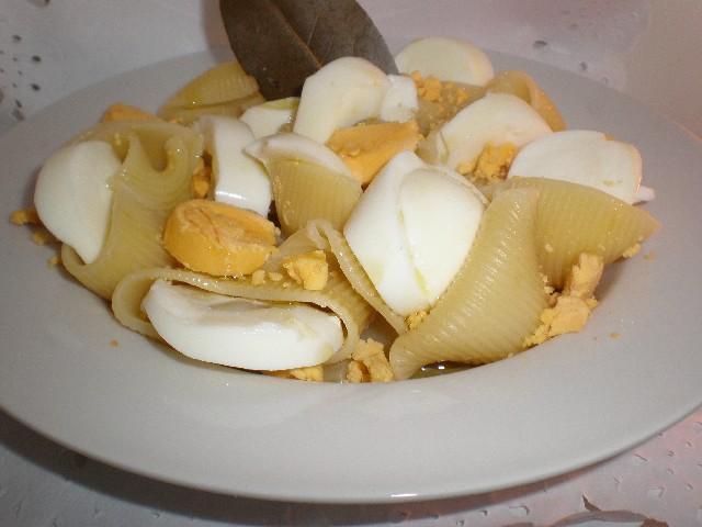 Lumaconis con huevo duro y aceite