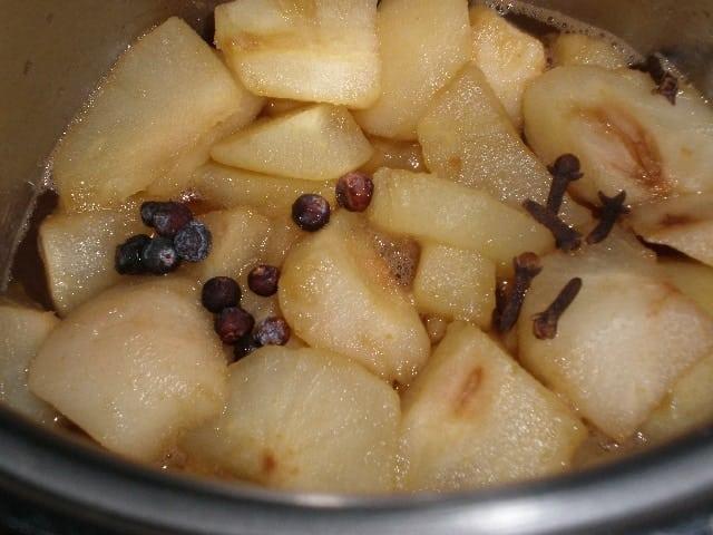 Peras con clavo y bayas
