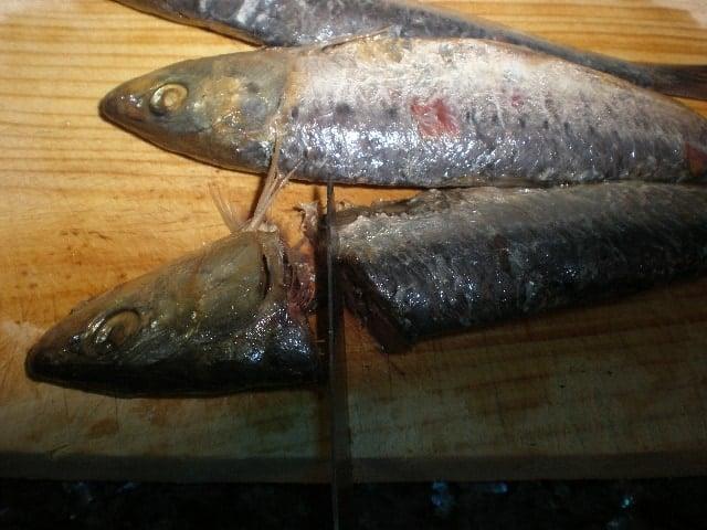 Quitar cabezas a las sardinas saladas
