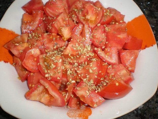 Echar el orégano a los tomates