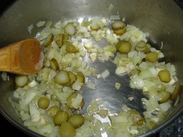 Marcar pepinillos con cebolla y ajo