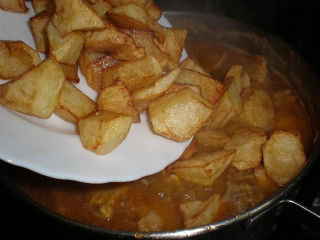 Meter papas fritas al pollo estofado