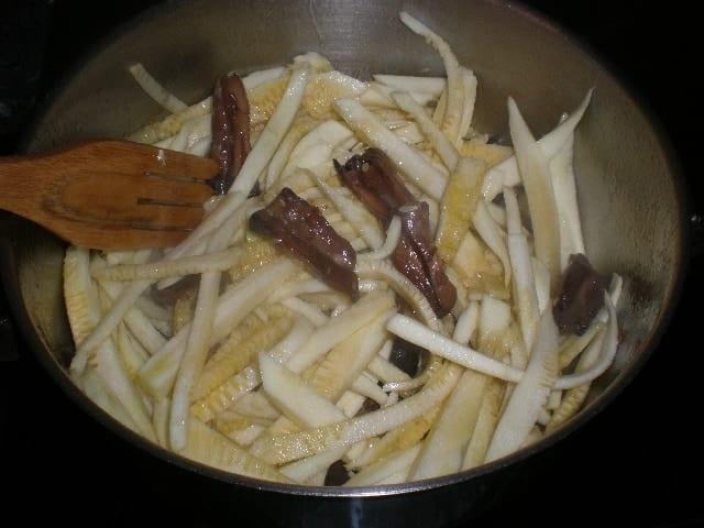 Mezclar calabacines con los rabitos de hongos