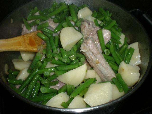 Cocinar caldoso de costillas